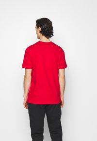 adidas Originals - TREFOIL UNISEX - T-shirt med print - scarlet/white - 2