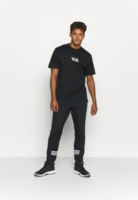 adidas Performance - SPORTS LOOSE SHORT SLEEVE GRAPHIC TEE - T-shirt con stampa - black - 1