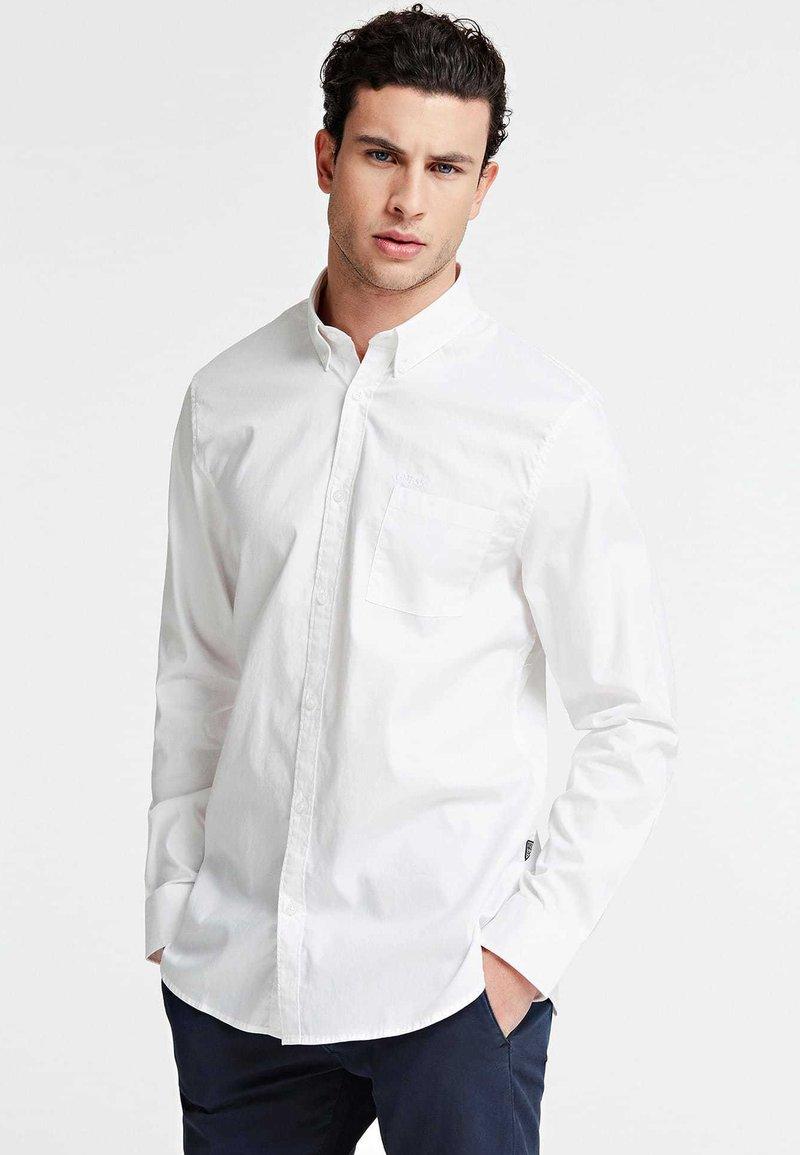 Guess - OXFORD-HEMD - Formal shirt - weiß