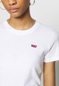 Levi's® - BABY TEE - T-shirt z nadrukiem - white - 4