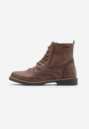 BOOTS - Stivaletti stringati - brown
