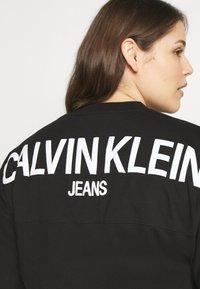 Calvin Klein Jeans Plus - PLUS PUFF BACK LOGO TEE - Print T-shirt - black - 4