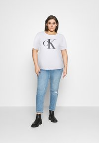Calvin Klein Jeans Plus - BONDED FILLED TEE - T-shirt con stampa - bright white - 1