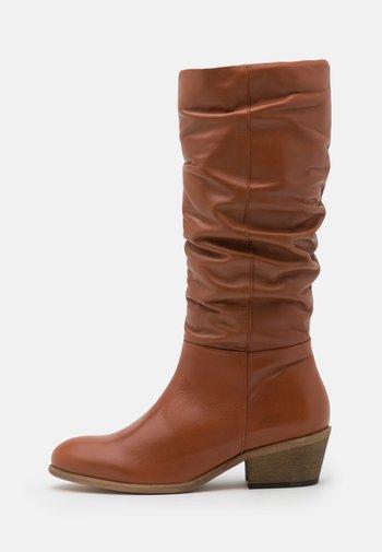 Vysoká obuv - chestnut