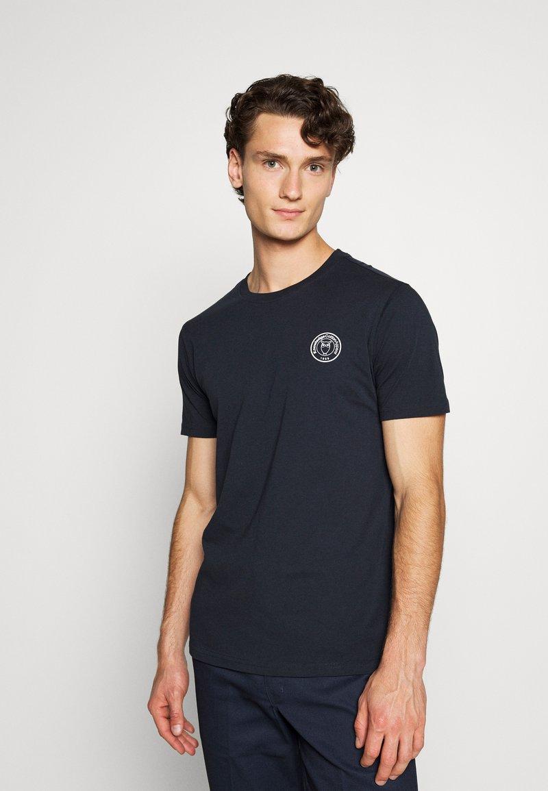 KnowledgeCotton Apparel - ALDER OWL BADGE TEE - T-shirt med print - dark blue