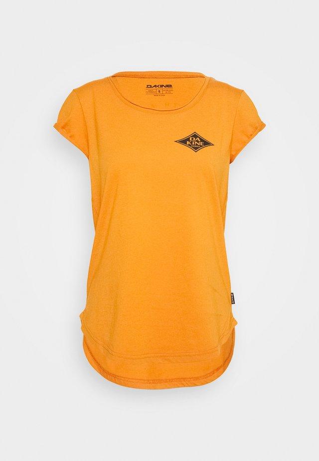 EUGENE TEE - T-shirt de sport - desert sun