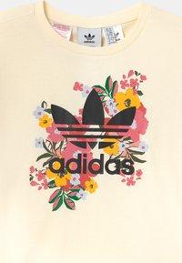 adidas Originals - FLORAL TREFOIL  - Triko spotiskem - cream white/multicolor/black - 2