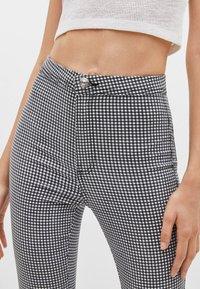 Bershka - Jeans Skinny Fit - white/black - 2