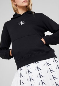 Calvin Klein Jeans - MONOGRAM BOXY HOODIE - Bluza z kapturem - black - 3