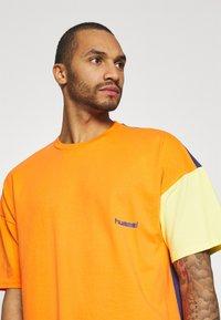 Hummel Hive - UNISEX - T-shirt imprimé - carrot - 3
