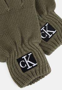 Calvin Klein Jeans - MODERN ESSENTIALS GLOVES UNISEX - Gloves - green - 2
