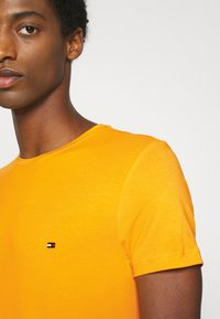 Tommy Hilfiger - T-shirt basic - yellow - 5