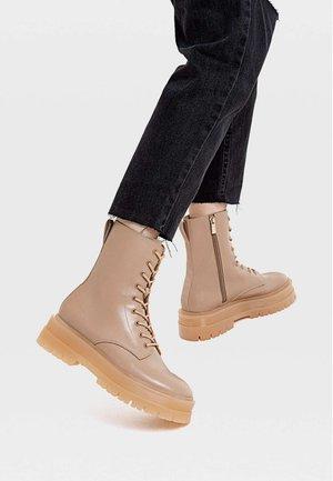 MIT SCHNÜRUNG - Šněrovací kotníkové boty - beige