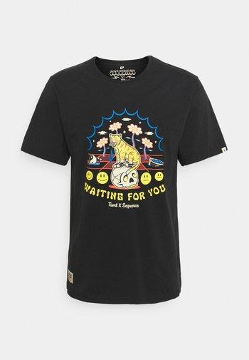 SEQUENCE X TIWEL 4 YOU - Print T-shirt - pirate black