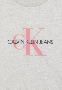 Calvin Klein Jeans - MONOGRAM LOGO UNISEX - T-shirt con stampa - white heather - 2