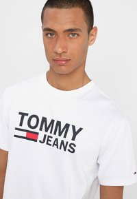 Tommy Jeans - CLASSICS LOGO TEE - Print T-shirt - white - 4