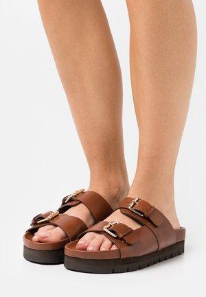 FLORA - Pantofle - tan