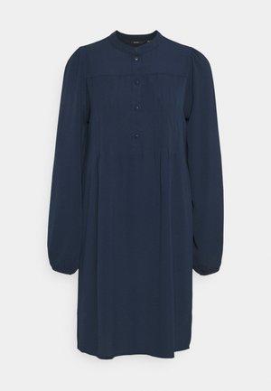 VMSAGA PLEAT SHORT DRESS - Košilové šaty - navy blazer