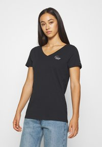 Tommy Jeans - CHEST SIGN OFF V NECK TEE - T-shirt basique - black - 0