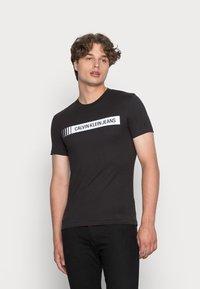 Calvin Klein Jeans - INSTITUTIONAL LOGO BOX TEE - Triko spotiskem - black - 0