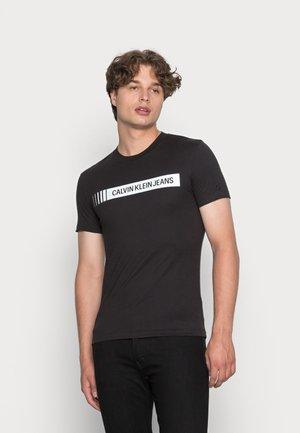 INSTITUTIONAL LOGO BOX TEE - Print T-shirt - black