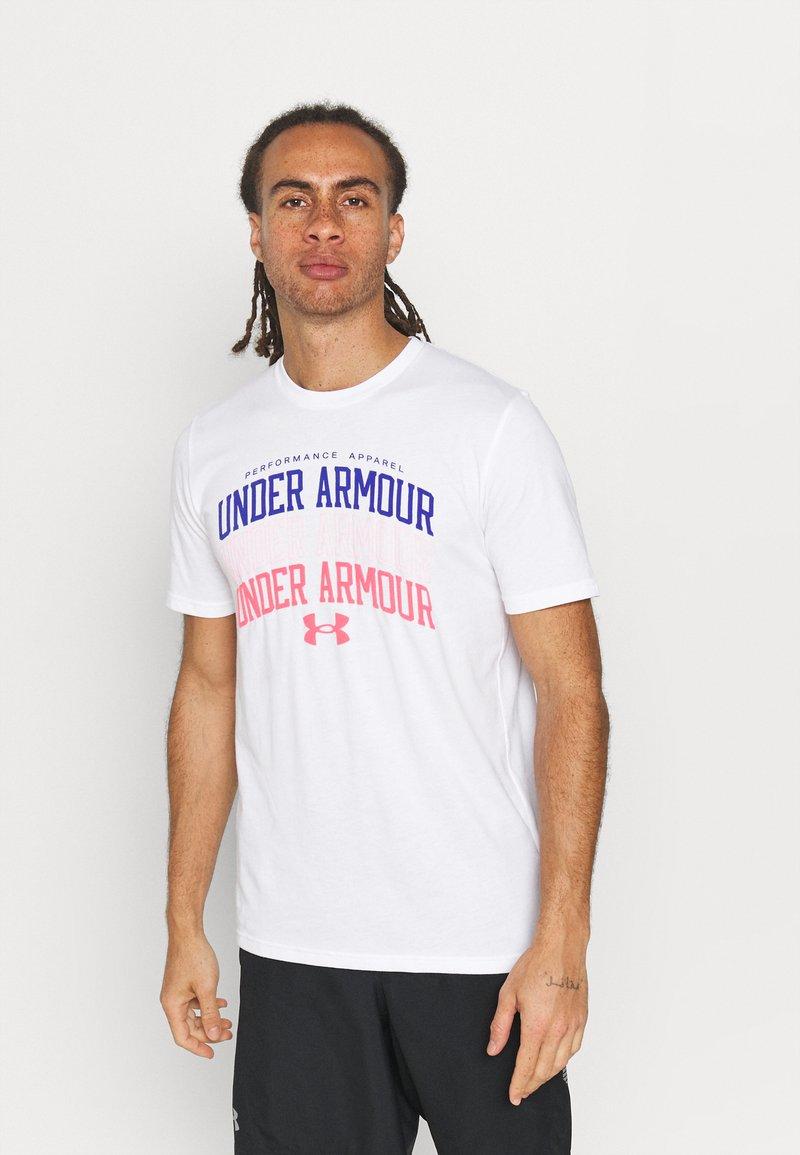 Under Armour - MULTI COLOR COLLEGIATE - Camiseta estampada - white