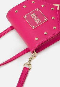 Versace Jeans Couture - STUDS REVOLUTION CROSSBODY - Kabelka - fuxia - 5