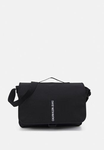MESSENGER FLAP OUTLINE - Across body bag - black