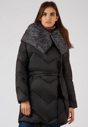 MIT VOLUMINÖSEM KRAGEN - Down coat - black