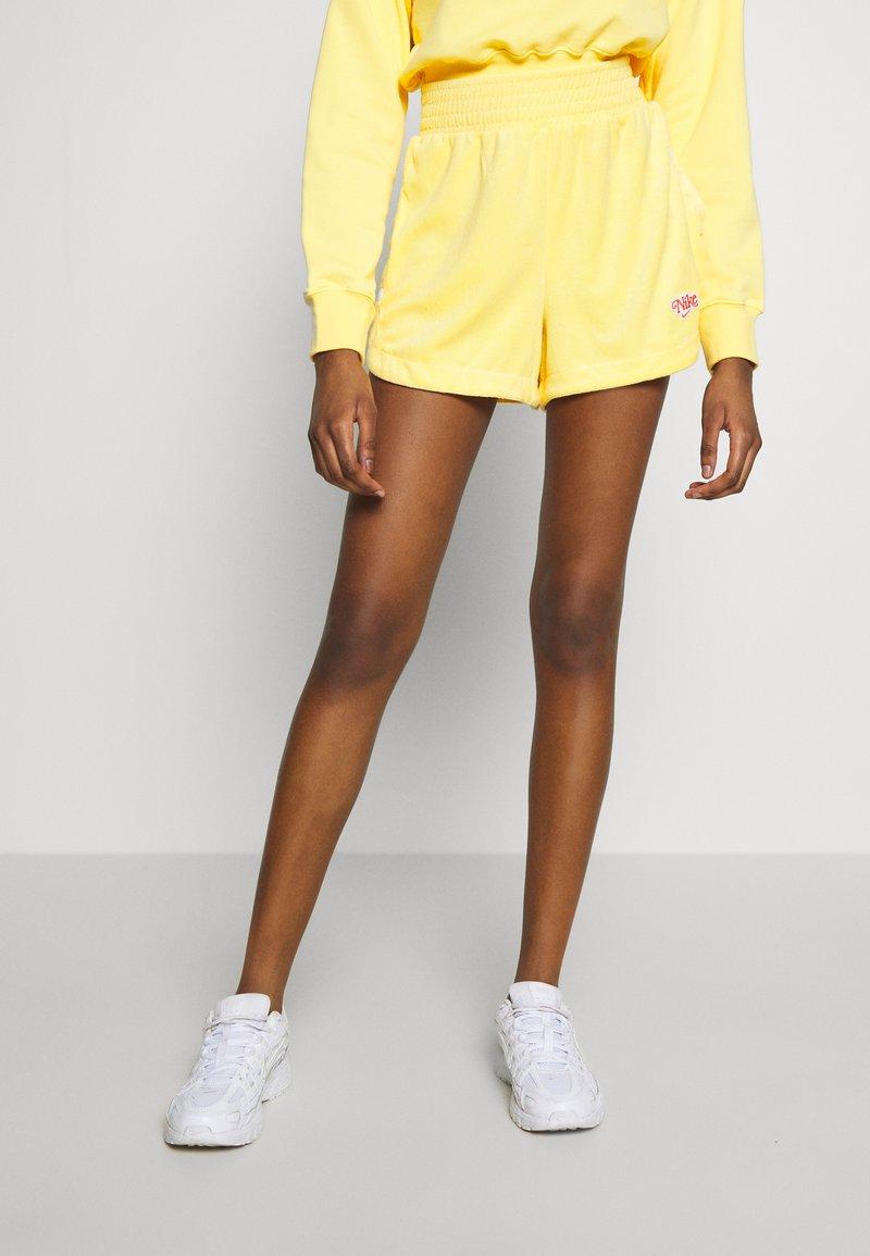 Nike Sportswear - RETRO FEMME - Shorts - topaz gold