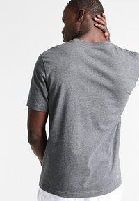 Lacoste Sport - HERREN - T-shirt - bas - pitch - 2
