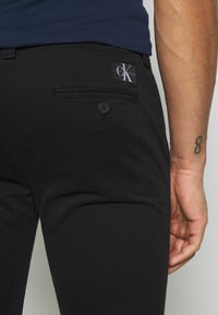 Calvin Klein Jeans - SKINNY WASHED STRETCH - Trousers - black - 3