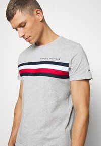 Tommy Hilfiger - GLOBAL STRIPE TEE - T-shirt con stampa - grey - 5