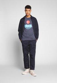 Revival Tee - CALM WATERS - T-shirt z nadrukiem - grey - 1