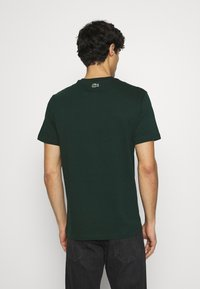 Lacoste - T-shirt med print - sinople - 2