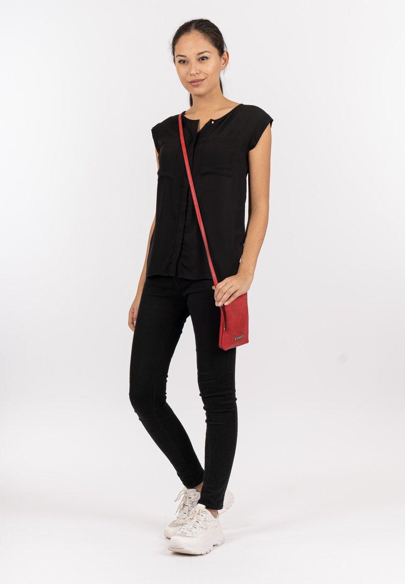 SURI FREY - FRANZY - Across body bag - red
