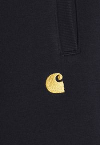 Carhartt WIP - CHASE  - Shortsit - dark navy/gold