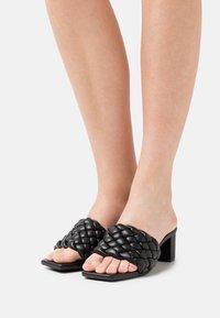 Monki - Pantofle na podpatku - black dark - 0