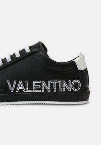 Valentino by Mario Valentino - Zapatillas - black/white - 4