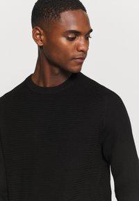 Selected Homme - SLHCORNELIUS STRUCTURE CREW NECK - Stickad tröja - black - 4