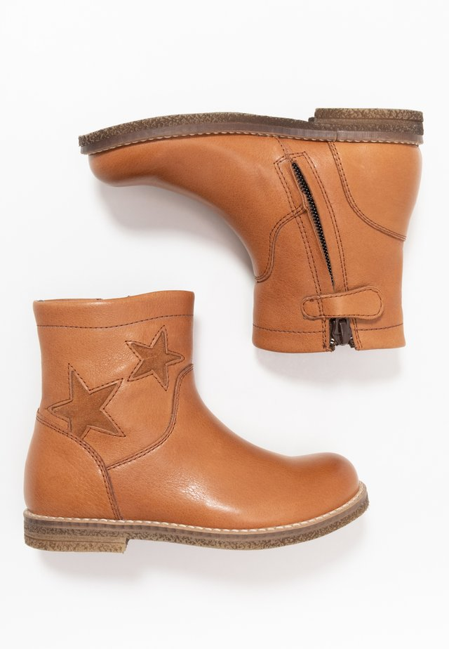 CLOE NARROW FIT - Stiefelette - cognac