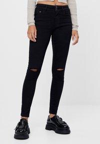 Bershka - MIT RISSEN  - Jeans Skinny Fit - black - 0