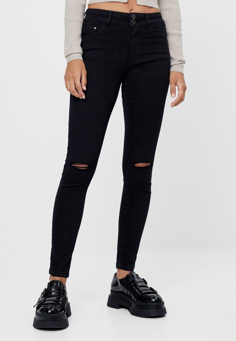 Bershka - MIT RISSEN  - Jeans Skinny Fit - black