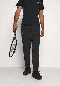 TENNIS PANT - Verryttelyhousut - black/grey