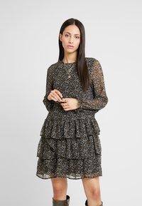 Vero Moda Tall - VMLULU FLOUNCE SHORT DRESS - Sukienka letnia - black/lulu - 0