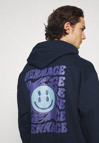 Mennace - TWISTED HOODIE UNISEX  - Sweat à capuche - blue - 3