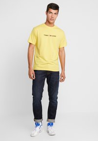 Tommy Jeans - SMALL LOGO TEE - Print T-shirt - aspen gold - 1