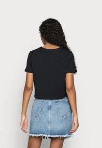 Pieces Petite - PCRINA CROP TOP 2 PACK - Print T-shirt - black/bright white - 2