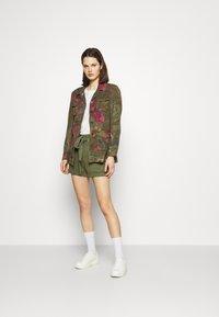 Guess - JANNA - Shorts - army sage - 1