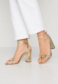 Dorothy Perkins - SHIMMER BLOCK HEEL - Sandaler med høye hæler - gold - 0